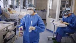 V košickej nemocnici treba respirátor alebo dve rúška, odmerajú vám aj teplotu