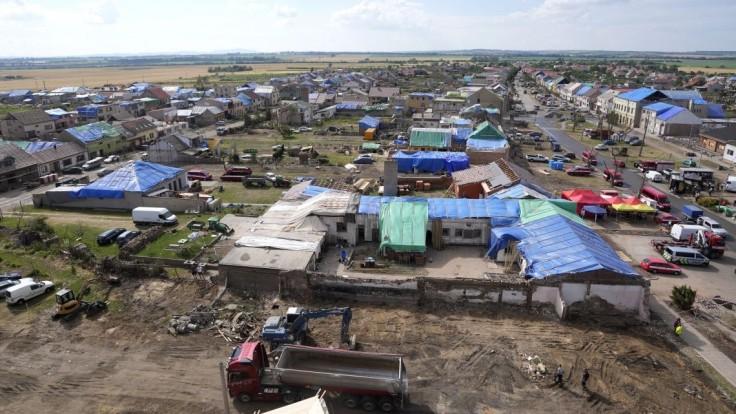 Juhomoravskému mestu poskytli pomoc, na opravu budovy zničenej tornádom dodali drevo