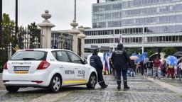 Polícia zadržala dvoch demonštrantov, skupina z neohláseného protestu žiada ich prepustenie