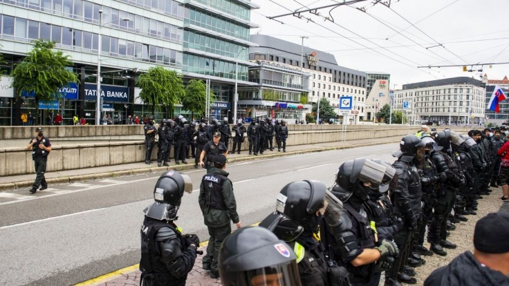 Mikulec je s výkonom polície počas protestov spokojný, policajtov ocenil i župan
