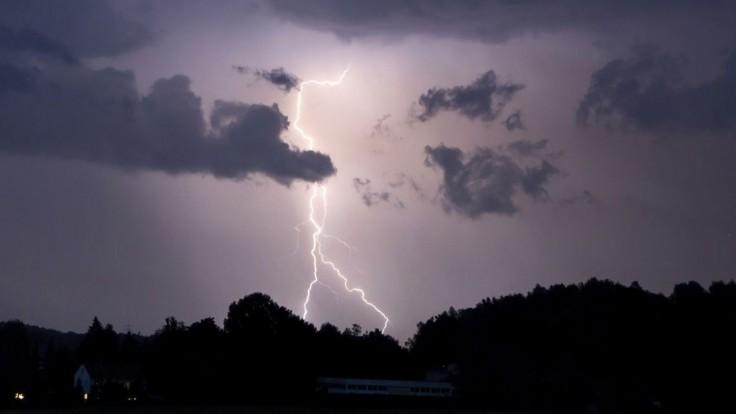Pre väčšinu územia platia výstrahy. Rátajte s dažďom, búrkami aj krúpami