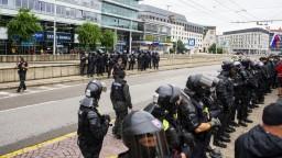 Dva protesty, hádky aj zásah polície. Takto to vyzeralo v Bratislave