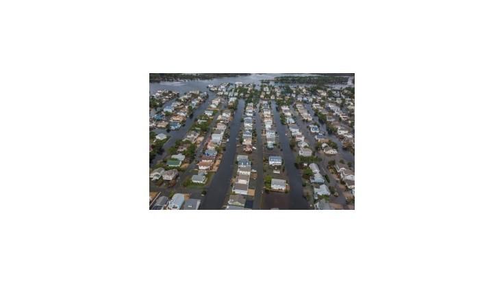 Amerika bojuje so záplavami a počíta miliardové škody