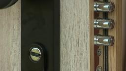 Vynaliezaví zlodeji si v Bratislave označovali byty, pomôcť môžu bezpečnostné dvere