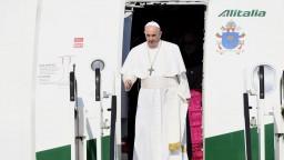 FOTO Pápeža privítali deti v krojoch chlebom a soľou, dostal i kyticu bylín