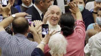 Na príchod pápeža ľudia čakali pred Apoštolskou nunciatúrou netrpezlivo