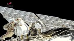 Astronauti vystúpili do voľného priestoru, inštalovali nové solárne panely