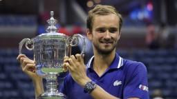Medvedev slávi životný úspech. Porazil Djokoviča a získal prvý grandslamový titul