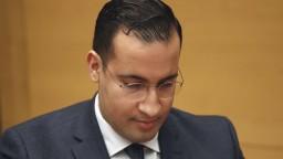 Začal sa súd s exporadcom Macrona, je obvinený z 12 trestných činov