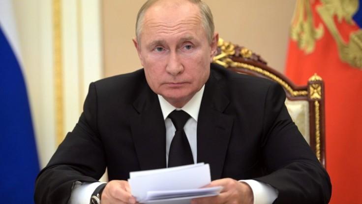 Putin je v karanténe. Dúfa, že ho Sputnik V ochráni pred covidom