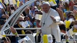 Pápežov náročný deň na východe Slovenska bol plný blízkych stretnutí