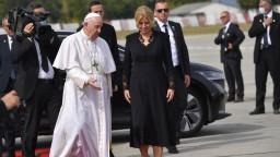 Pápež odletel späť do Ríma. Na letisku sa rozlúčil aj s prezidentkou
