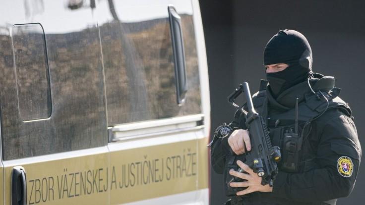 Obvineného vyšetrovateľa Jána Čurillu zobral sudca do väzby