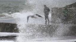 V rozbúrenom mori sa utopilo najmenej deväť ľudí, väčšina z nich boli seniori