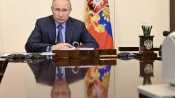 Putin narýchlo zrušil zahraničnú cestu, desiatky ľudí z jeho okolia sa nakazili