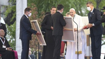 Pápež sa počas svojej návštevy na Luníku modlil aj v miestnom kostole