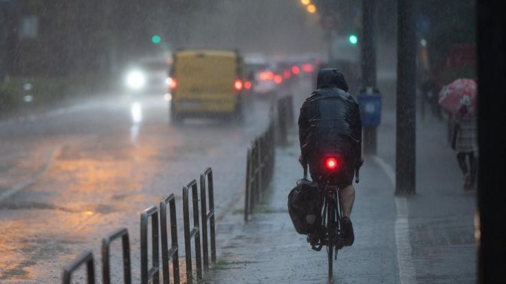 Výdatne zaprší, pre väčšinu Slovenska vydali výstrahu. Niekde hrozia i povodne