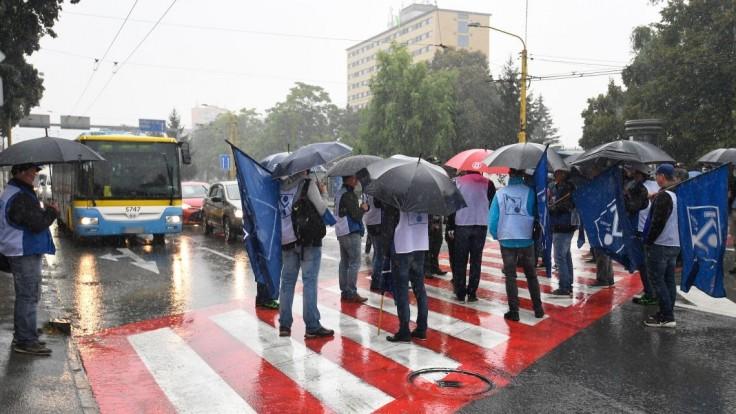 Odborári pri proteste v Košiciach upozorňovali na životnú úroveň Slovákov, obmedzili aj dopravu