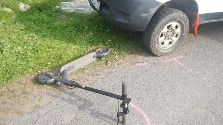 Len 11-ročný chlapec sa zranil pri zrážke s autom. Bol na kolobežke