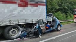 Tragická nehoda na diaľnici. Náraz auta do kamióna si vyžiadal dva životy