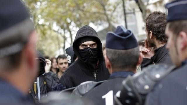 Poľovníci vo Francúzsku vyšli do ulíc. Nechcú prísť o tradičný lov vtákov