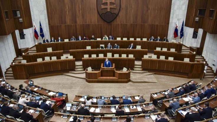 Poslanci sa zídu opäť v utorok. Na programe sú viaceré vládne návrhy