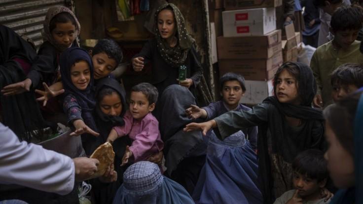 Bojovníci Talibanu sa vozia na šliapadlách po jazere. Ženy však museli zostať doma