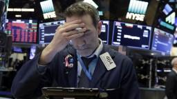 Akcie prehĺbili svoje straty, inflácia už vrchol dosiahla
