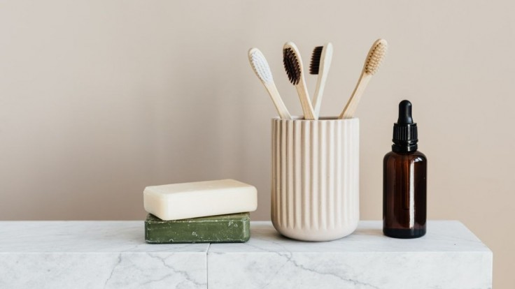 Veľké upratovanie v kúpeľni: Akú životnosť má kefka, špirála či žiletka?