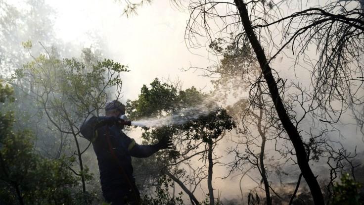 Neďaleko Atén vypukol lesný požiar. Obyvateľom letoviska odporučili evakuáciu