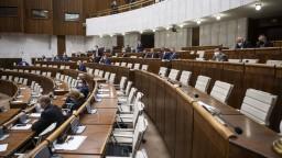 Poslanci sa opäť zišli v národnej rade. Na programe je aj návrh na odvolanie Mikulca