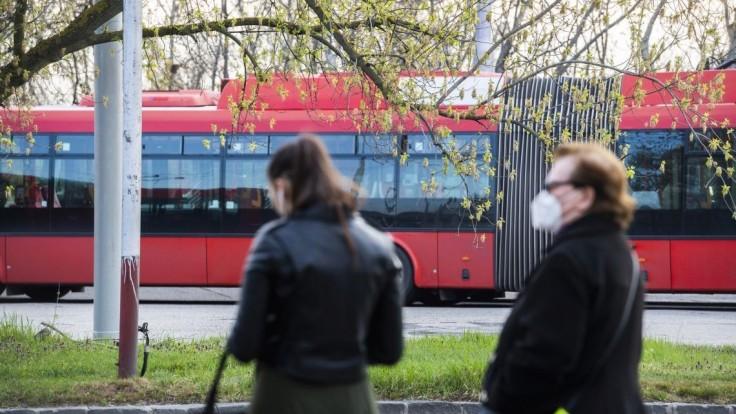 Blokáda autobusov pred úradom vlády skomplikovala dopravu