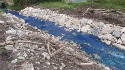 Časť potoka v Košeckom Podhradí sa sfrabila na modro, unikla doňho neznáma látka