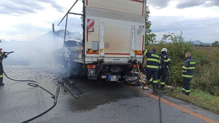 Na diaľnici začal horieť kamión prevážajúci papier, úsek je uzavretý