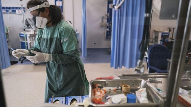 Pacienti z druhej vlny si na operácie počkajú aj do februára. Problémov je viac