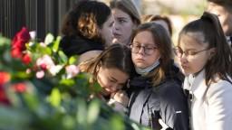 Rusi si pripomínajú obete streľby na univerzite, mnohí sú stále v kritickom stave