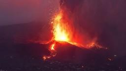 Prúd lávy na ostrove sa spomalil, vulkán je však stále explozívny a predstavuje hrozbu