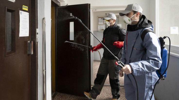 Výťah v bytovke radšej obmedzte a v spoločných priestoroch noste rúško alebo respirátor