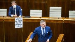 Matovič sa predviedol v parlamente: Ficovi ukázal plagát so slovami o vrahovi