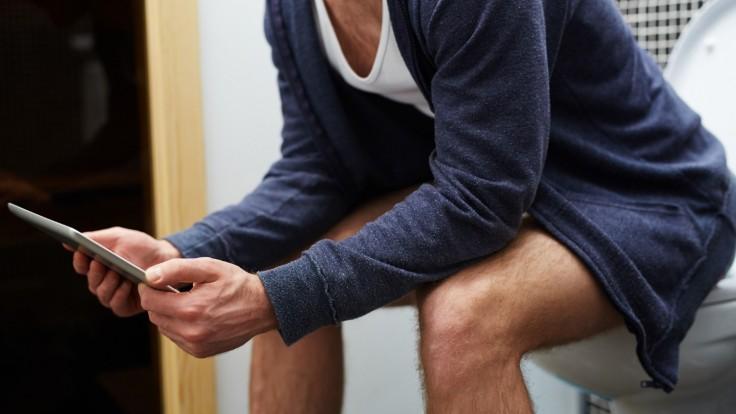 Nepredlžujte pobyt na toalete. Odborníci vypočítali, koľko trvá zdravá stolica. Máte ju?