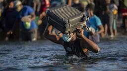 USA čelia náporu migrantov z Haiti, pre ich deportáciu sa strhla vlna kritiky