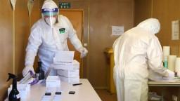 Pribudlo vyše 800 nových infikovaných, v nemocniciach sú ďalšie desiatky ľudí