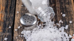 Stále vás smädí, stúpa vám tlak? Spoznajte nebezpečné znaky, že jete príliš veľa soli