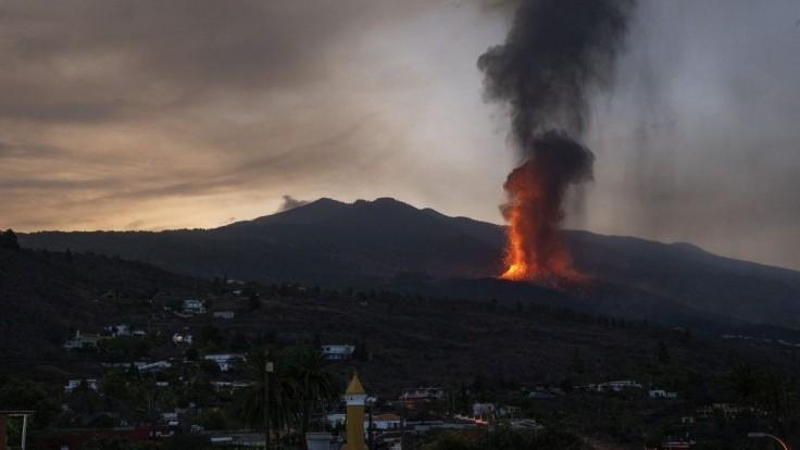 Zrušili lety a evakuovali ďalšie mestá. La Palmu zrejme vyhlásia za oblasť katastrofy