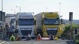 Aktivisti sedeli na ceste a blokovali prístup do prístavu v Doveri. Polícia ich zadržala