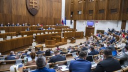 Poslanci budú opäť rokovať o návrhu na sprísnenie interrupcií. Novela však čelí kritike