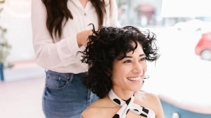 Vlasové triky, ktoré vám uberú roky: Bledšia farba, kratší strih a účes s objemom