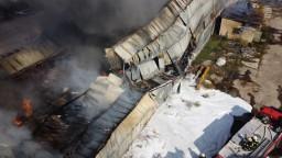 Hasiči už takmer 24 hodín zasahujú pri požiari v Trebišove. Plamene zachvátili plastový odpad