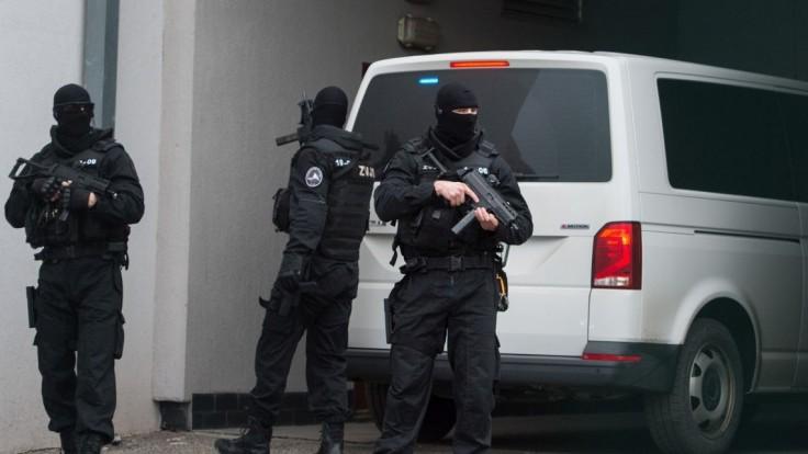 Policajti zadržali Zuzanu Plačkovú s manželom, razia má súvisieť s drogami