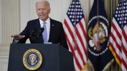 Biden dostal tretiu dávky vakcíny, počas očkovania si zavtipkoval